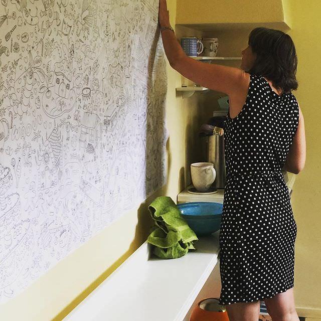 Janke behangt voordat ze op #vakantie gaat nog even de wachtkamer met een reuzekleurplaat van @biancatrois