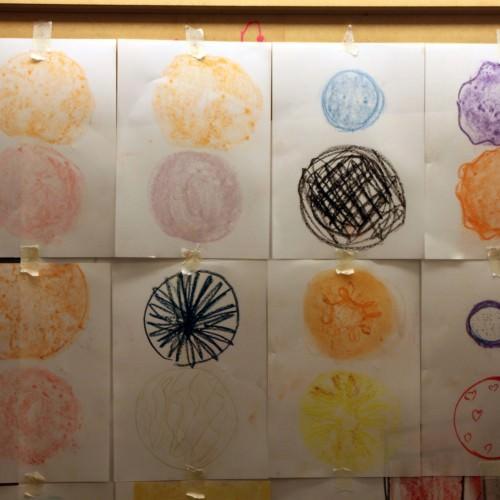 Witte a4tjes met getekende cirkels