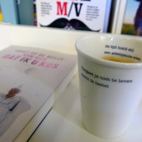 """Beker koffie met de tekst """"vergeet je niet te leven dacht ik laatst"""""""